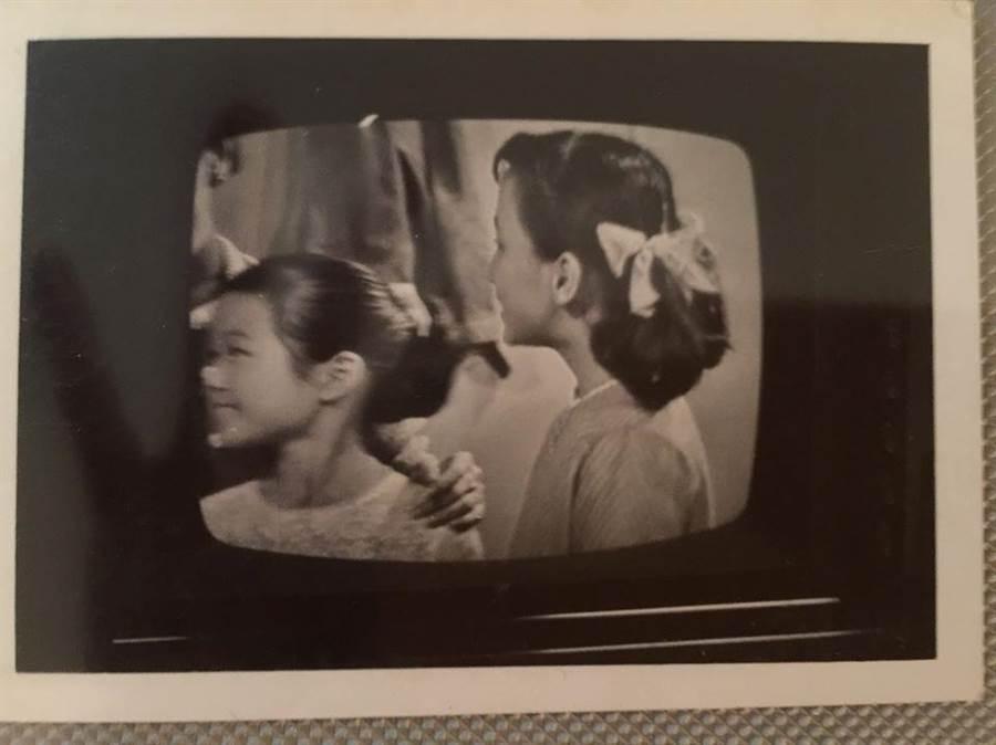 葉毓蘭表示,張善政夫人張琦雅自幼聰明伶俐,曾獲得台北市演講冠軍,圖為她(左)在女師附小參加兒童電視劇演出的照片。(照片來源:葉毓蘭臉書)