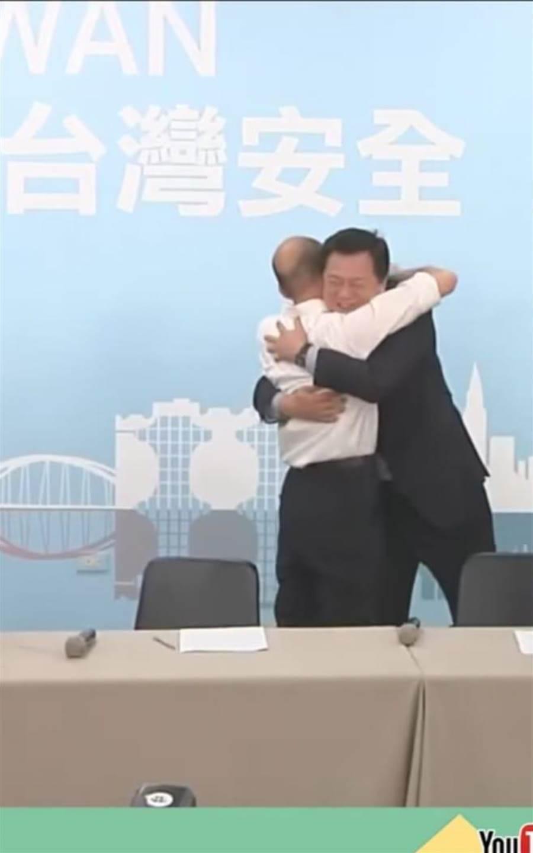 高雄市長韓國瑜與台北縣前縣長周錫瑋相擁。(圖/取自臉書社團「韓家軍」)