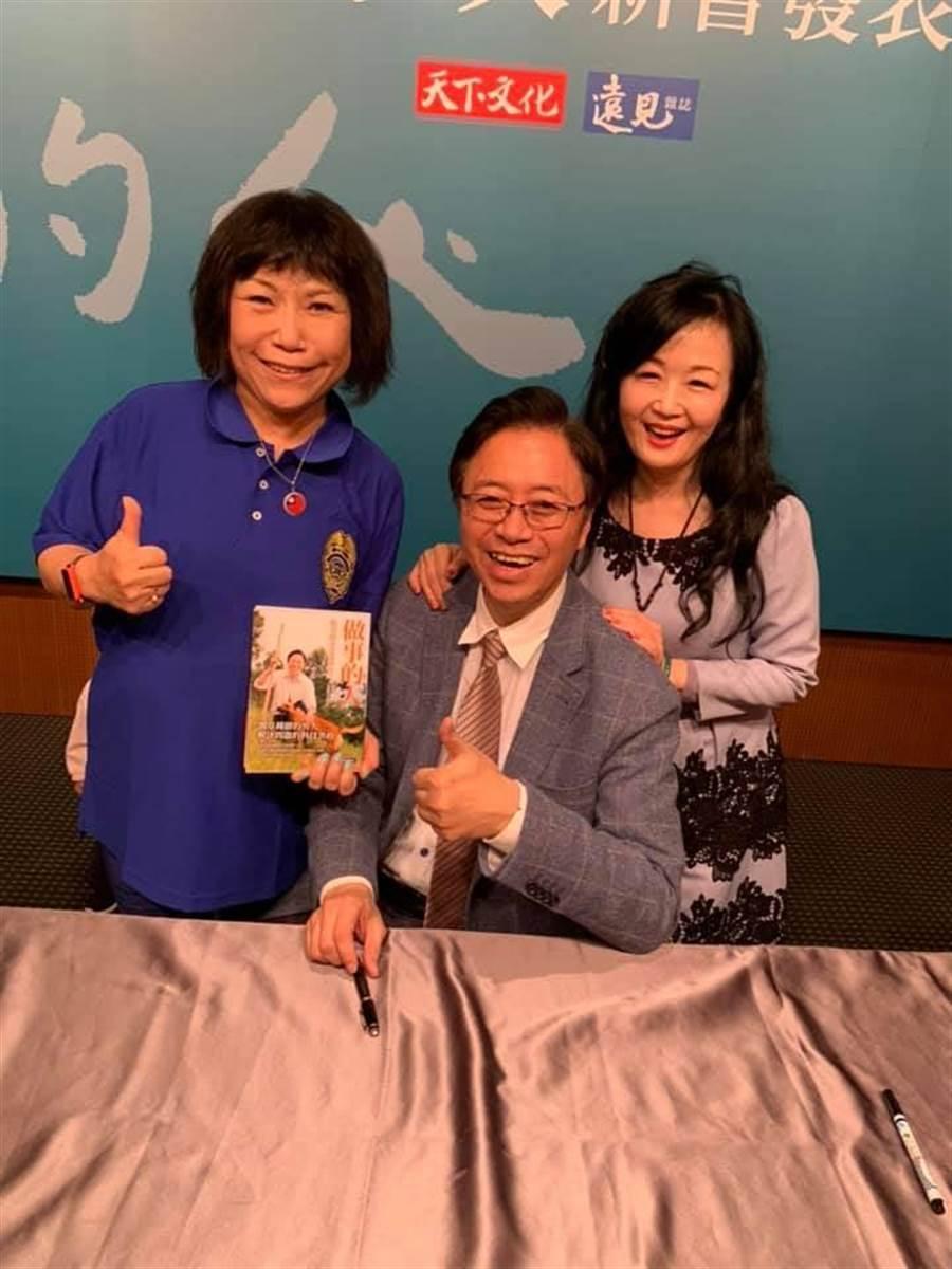 張善政簽書會上,葉毓蘭(左)與張善政賢伉儷合影。(照片來源:葉毓蘭臉書)