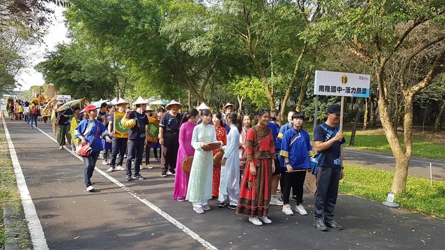 六堆秋收祭彩妝遊行,「南隆國中-活力瀰濃」浩蕩的遊行隊伍榮獲第一名之榮耀。(林雅惠攝)
