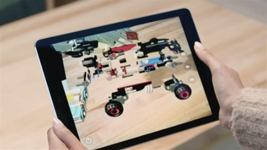 Apple在聖荷西的WWDC 2017上演示了在平板電腦上展現的AR技術。圖/蘋果提供