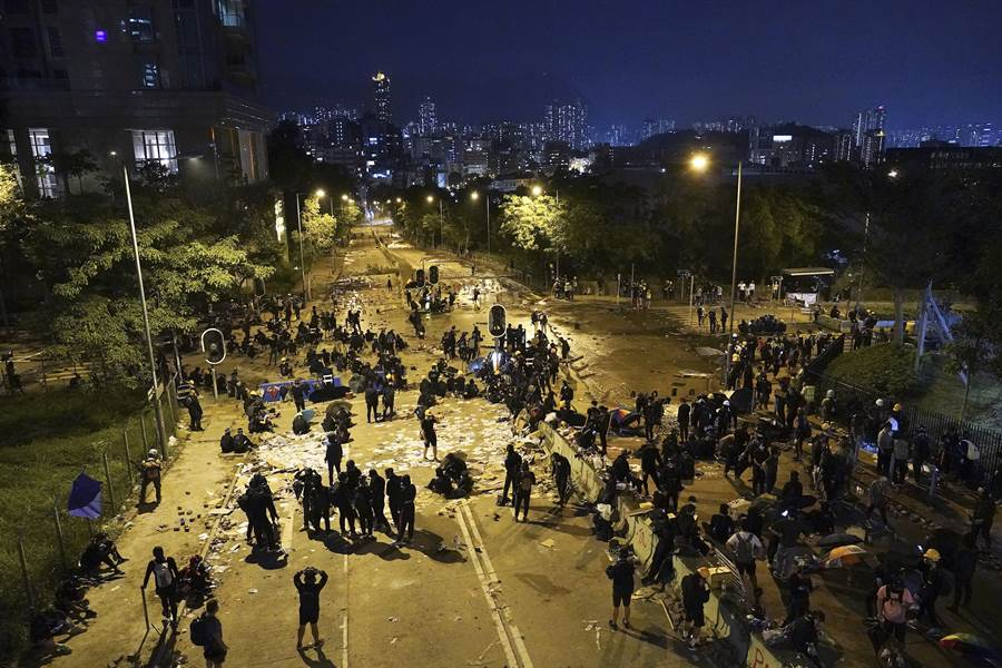激戰一日的香港中文大學內主要道路,警方在接近深夜時逐步撤離,抗爭人群亦開始散去。(圖/美聯)