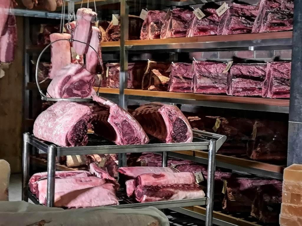 美福肉品旗下牛排館〈Fresh & Aged〉,在餐廳內打造乾式熟成室,舉凡牛、豬、鴨等肉品都可乾式熟成。(圖/姚舜)