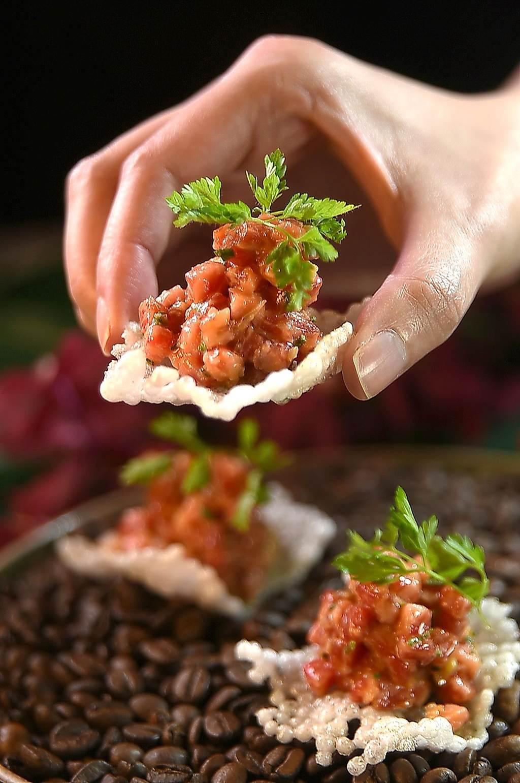 美福〈Fresh & Aged〉牛排館全新菜單中,加了許多Bistro餐酒館的菜式,圖為用日本A5和牛丁塊肉作的〈日本生和牛韃靼襯海膽及脆餅〉。(圖/姚舜)