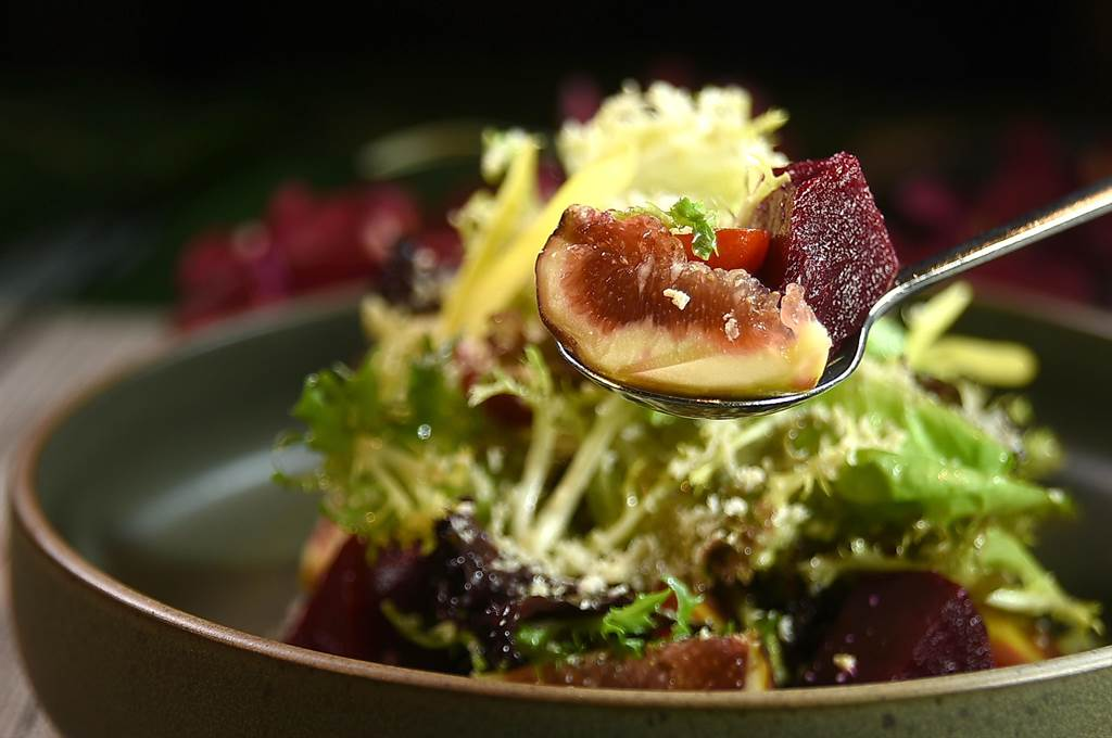 〈甜菜根沙拉襯無花果核桃起士〉在煙燻瑞可塔起士助攻下,鹹香味濃,蘋果醋則使沙拉風味更有層次。(圖/姚舜)