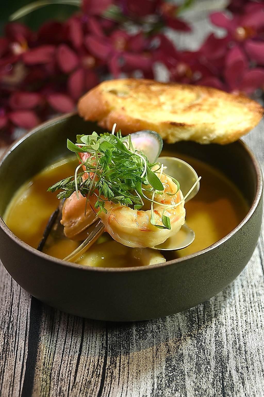 陳重光演繹的〈馬賽海鮮湯〉用了蔬菜、魚、蝦與貝類與番紅花先熬出高湯,再加入以蛤蜊湯和蛋黃與整塊麵包打勻的醬汁增加濃稠度。(圖/姚舜)