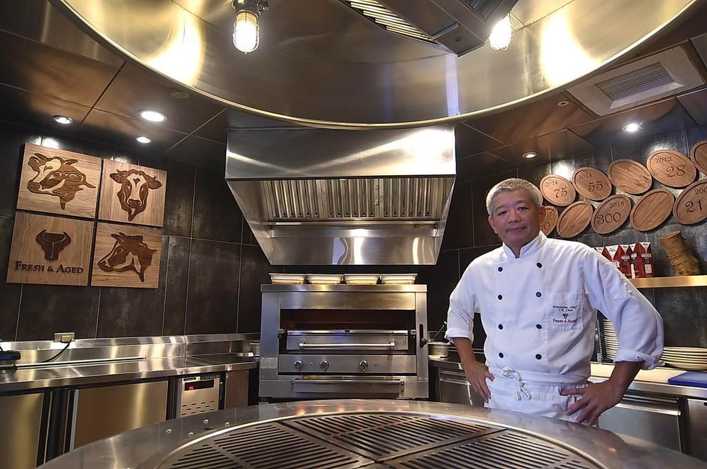 為更深入了解「乾式熟成」技術,美福〈Fresh & Aged〉牛排館主廚陳重光花了時間修習「食品學」與「肉品學」,如今烤出的牛排風味與口感更佳。(圖/姚舜)