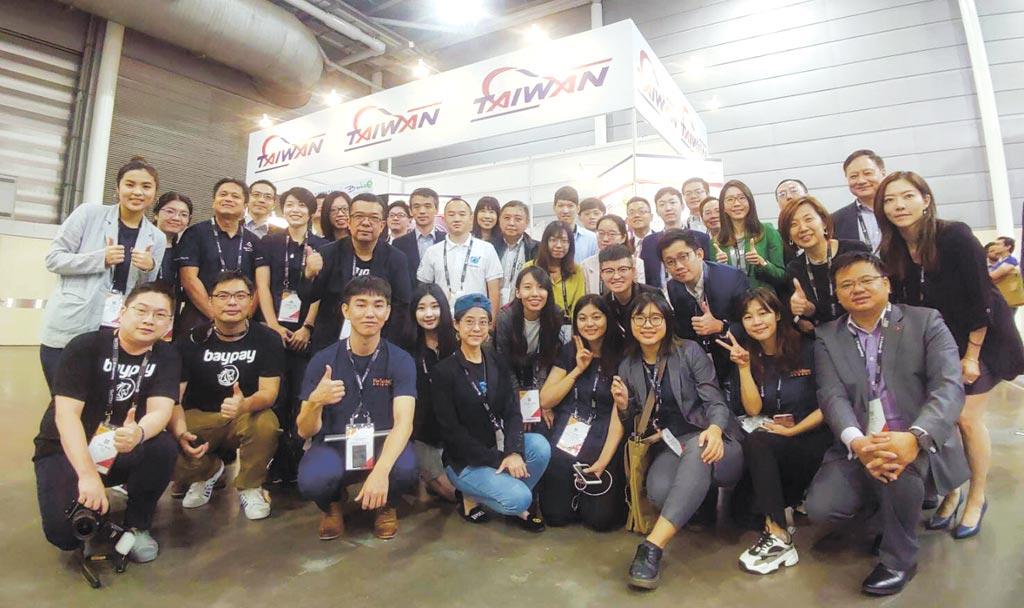 金融總會FinTechSpace攜手區塊鏈大聯盟籌組台灣館,參加「新加坡金融科技嘉年華」;圖為台灣館參與成員共同合影。圖/FinTechSpace提供