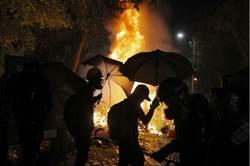 校園淪火場!港中大示威群眾擲200餘汽油彈