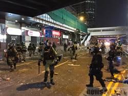 汽油彈亂飛 港警出動裝甲水砲車 逮捕數十人
