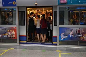 衣服被列車門夾住 OL趕上班直接脫