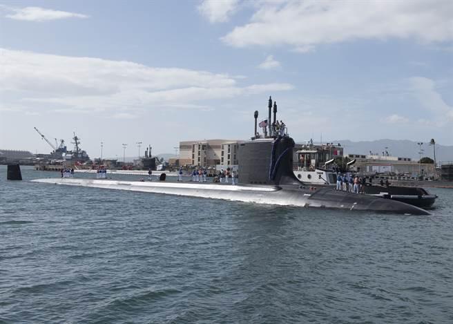 美軍核攻擊潛艦伊利諾號停泊在夏威夷珍珠港希克曼聯合基地。(圖/美國海軍)