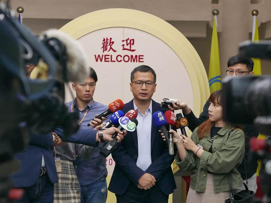國民黨台北市議員羅智強上午表示,如果吳敦義名列不分區第八名 ,他晚上6點要前往國民黨靜坐夜諫。(陳俊雄攝)