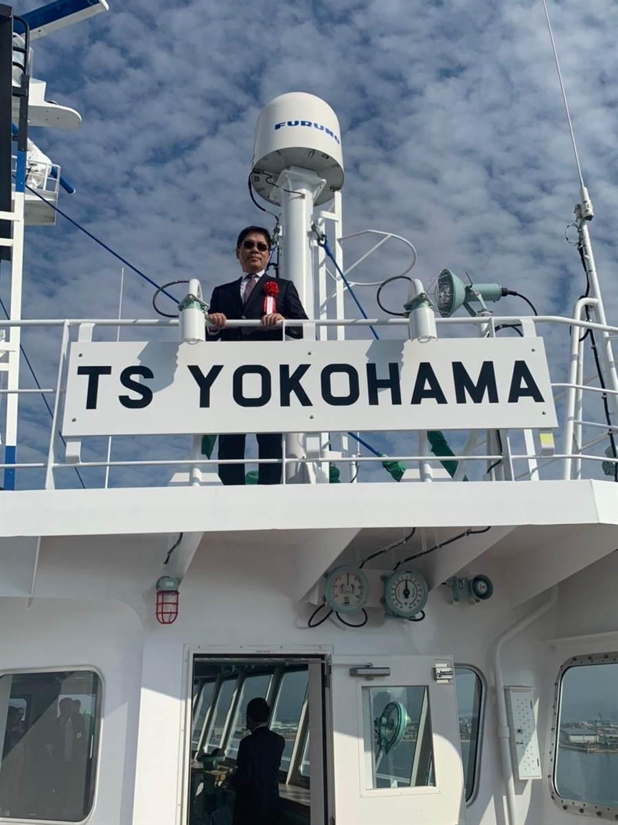 德翔海運董事長陳德勝在新船上視察。圖:德翔提供
