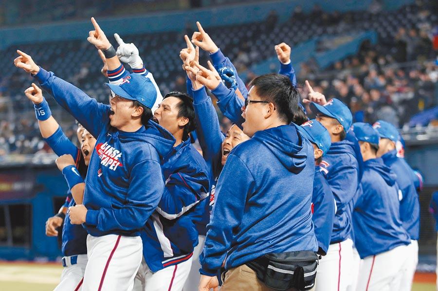 2019世界12強棒球賽複賽,中華隊12日晚間在日本千葉ZOZO球場對戰韓國隊,7局上陳俊秀轟出3分炮,隊友一起為他喝彩。(中央社)