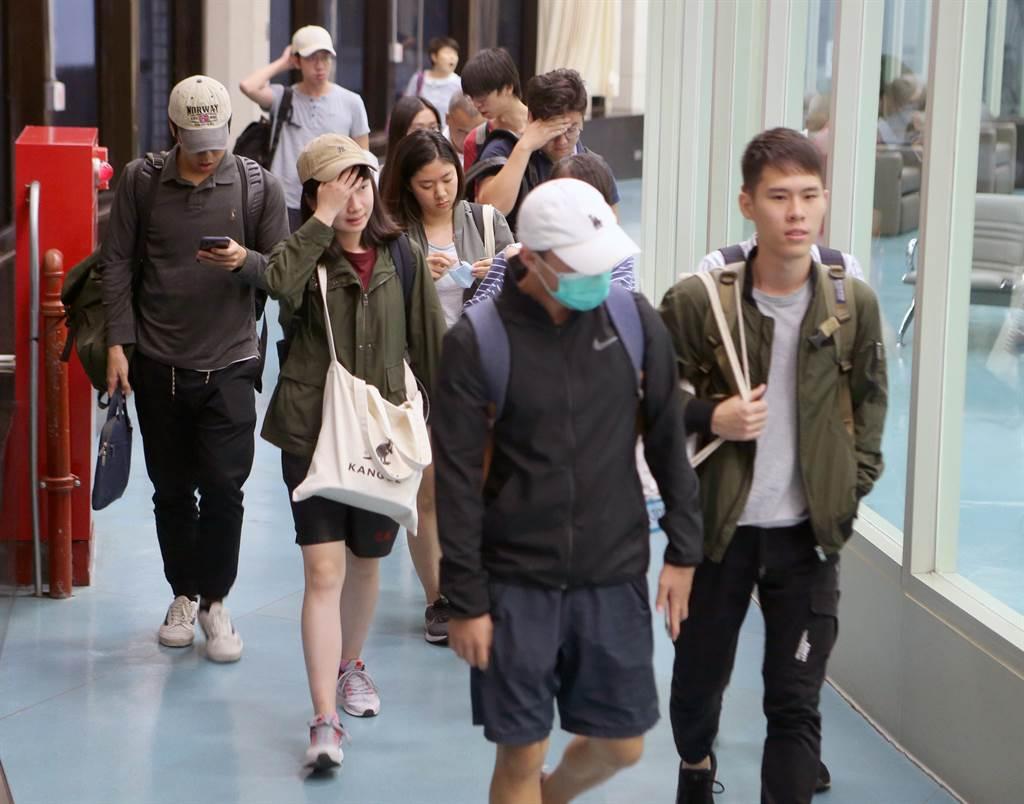 71名香港中文大學台籍學生14日凌晨0時20分搭乘中華航空公司CI928班機返抵桃園機場,另有零星其他學校學生也在同機或其他班機內返台。對於校園的情況,返台學生面對記者的詢問多是避而不談。(陳麒全攝)