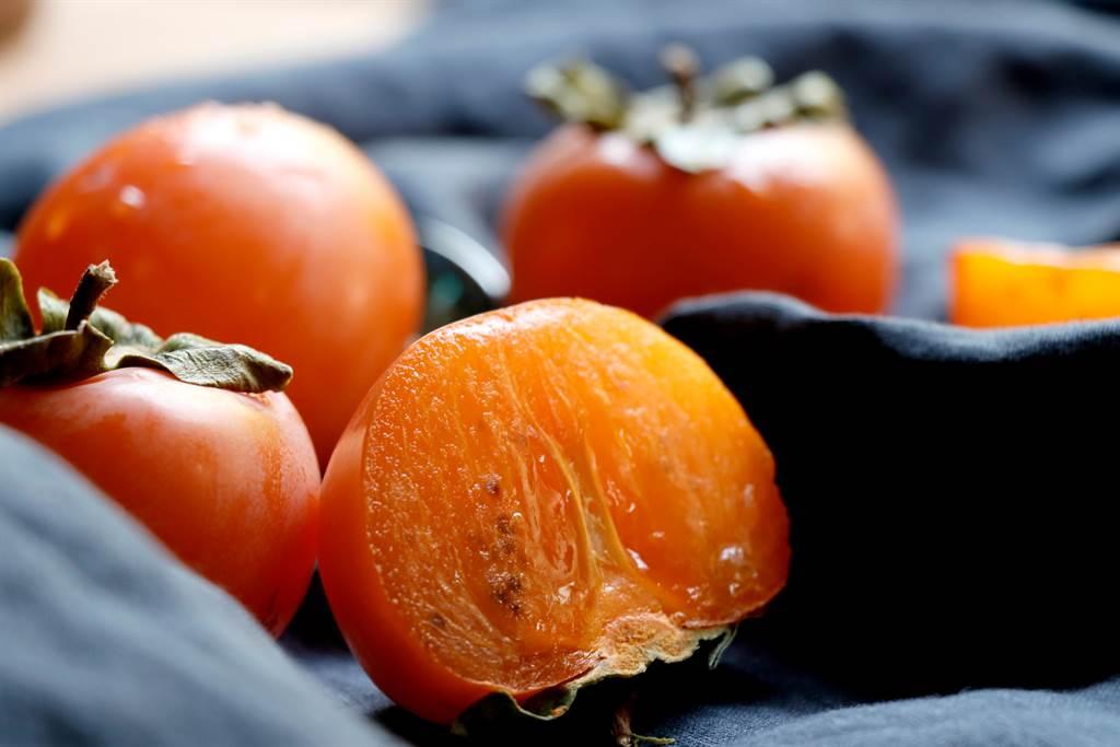 吃秋蟹要注意不要和柿子、生梨等寒性水果一起食用,否則容易吃出「消化不良、腹痛、腹瀉、便秘」等症狀。(圖/達志影像)