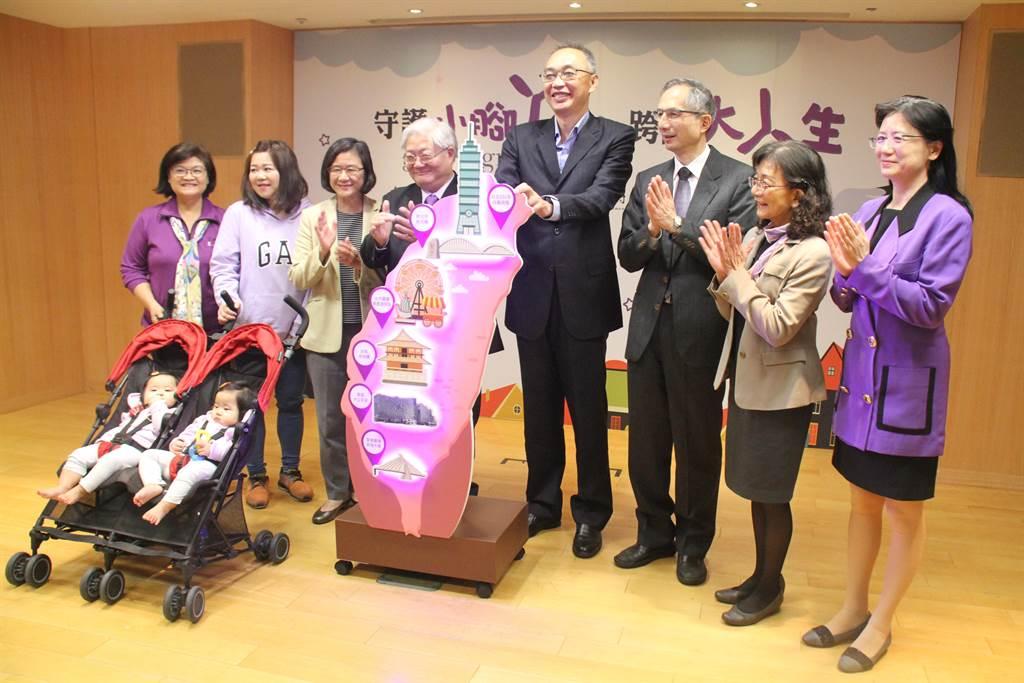 新北市衛生局今天上午與台灣早產兒基金會舉辦聯合記者會。(譚宇哲攝)