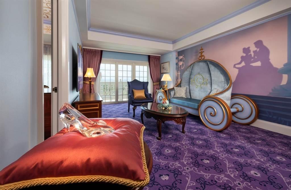 香港迪士尼樂園酒店國賓廳全新「《仙杜瑞拉》主題套房」(圖/迪士尼提供)