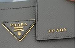 他免稅店買PRADA包送女友 拆開後氣炸