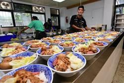 返校復刻「貢蛋飯」 喚起東中人青春回憶
