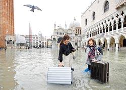 威尼斯淹大水 遊客玩得更high
