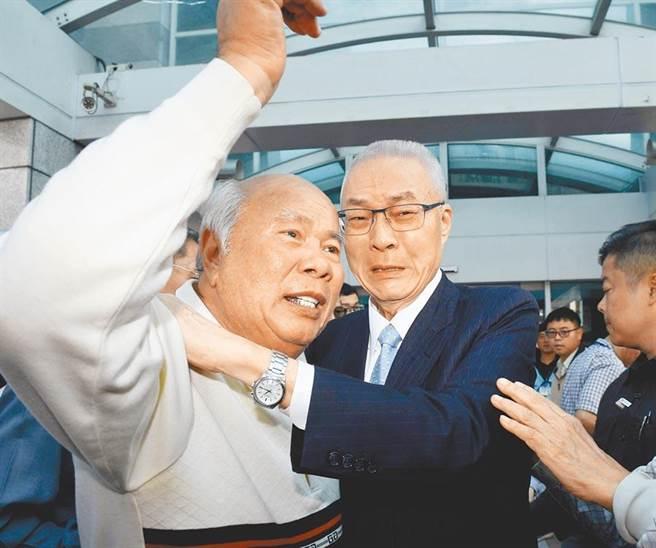 不分區名單引發爭議,國民黨主席吳敦義的支持者昨日到黨中央力挺他,兩人都激動落淚。(中央社)