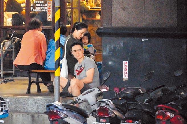 尹馨(左後)和阿中坐在餐廳門外等待用餐。(《時報周刊》提供)