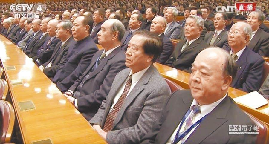 2016年11月11日,台灣退役將領參加在北京舉行,中共中央總書記習近平主持的孫中山紀念活動。右1為退役中將吳斯懷坐在台下聽訓。(圖/取自中央電視台網站)