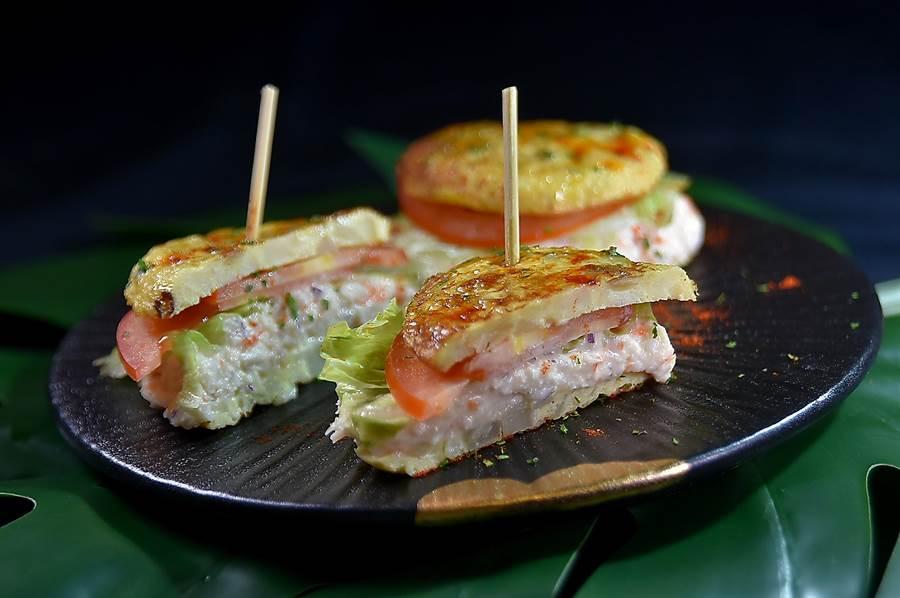 每份188元的〈蟹肉烘蛋〉上下兩層以烘蛋為「載體」,裡餡是用美奶滋提味的蟹肉,西班牙有米其林餐廳也把這菜列入菜單。(圖/姚舜)