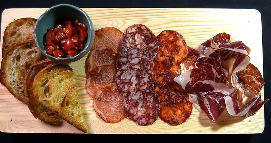台北〈alma〉西班牙料理餐廳的〈西班牙冷肉盤〉有:伊比利火腿、伊比利臘腸、薩拉米腸,以及伊比利風乾里肌。(圖/姚舜)