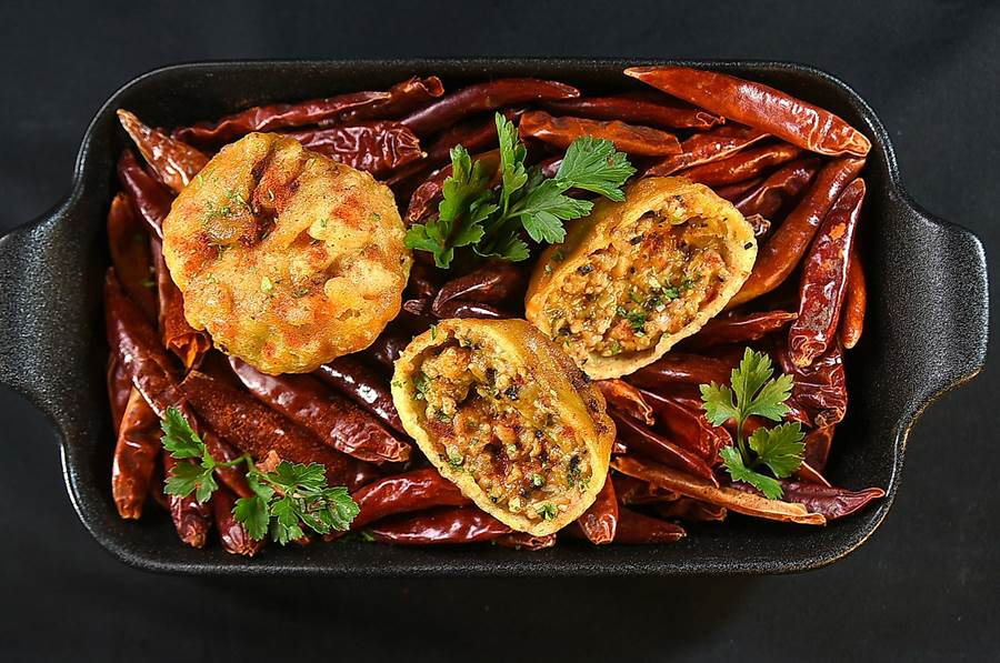 每份138元的〈西班牙酥炸辣味肉球〉,裡餡是用豬肉末、黑橄欖碎、蔬菜丁以番茄醬炒製,味道鹹香並帶有微微辣味,開胃下酒。(圖/姚舜)