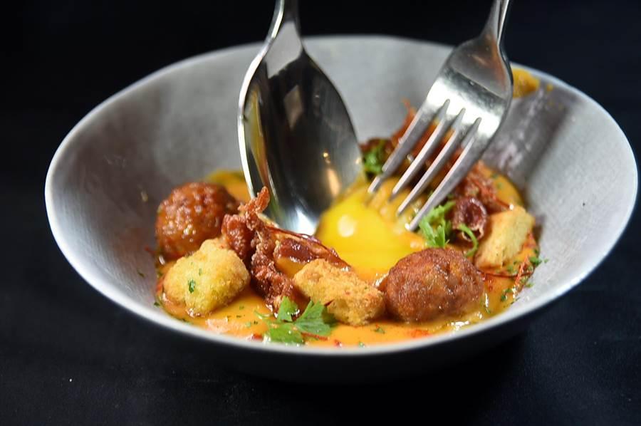 品嘗〈辣味洋芋火腿盅〉時可先畫破底層是低溫慢煮蛋,再用蛋液將餡料拌勻後再享受美味。(圖/姚舜)