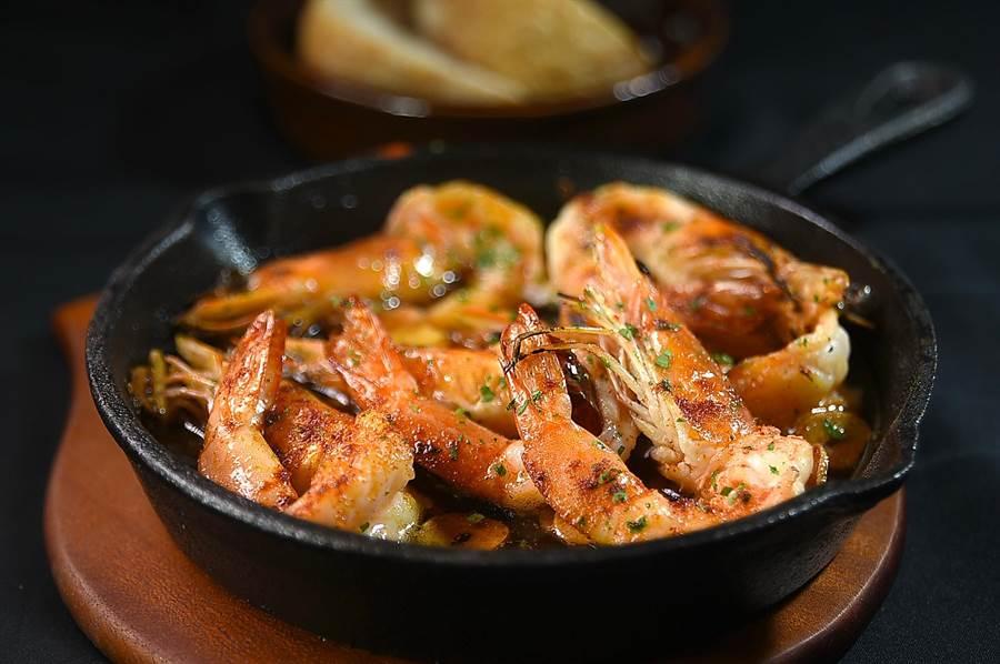 〈蒜香蝦油鮮蝦〉在西班牙的小酒館中,是點食率排行榜上的熱門菜式,在台北〈alma〉也可嘗到。(圖/姚舜)