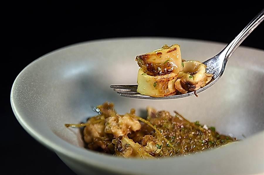 每份268元的〈焦糖洋蔥風味花枝〉,是西班牙很經典的Tapas,小花枝煎香後搭配用大量橄欖油與洋蔥絲和青椒慢燉使之焦糖化的洋蔥,味道好極了。(圖/姚舜)