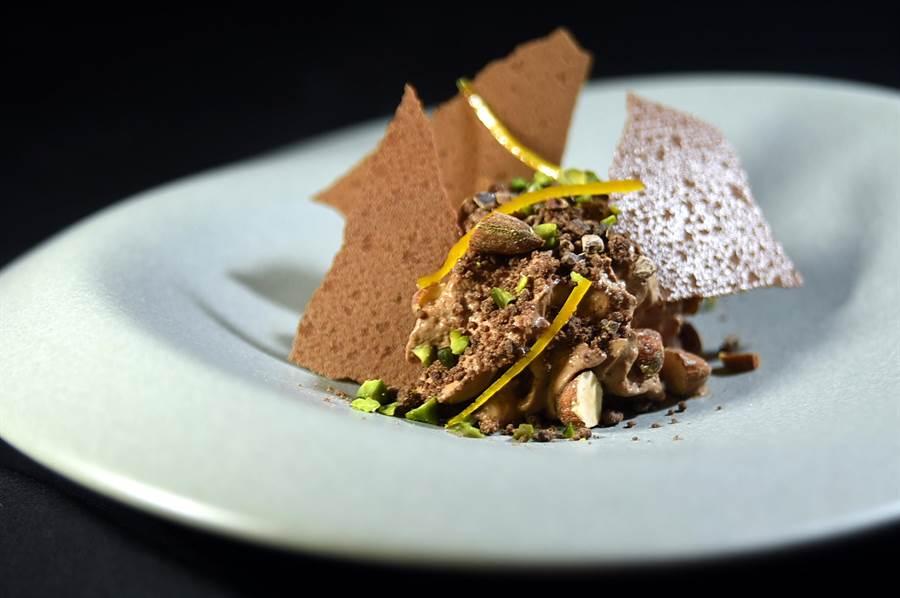 甜點〈巧克力世界〉是以巧克力薄片、乳沬、奶凍、蛋糕和餅乾屑共構呈現。(圖/姚舜)