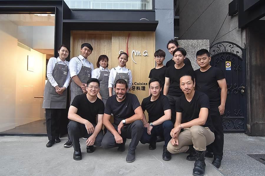 台北〈alma〉的內外場團隊成員看起來年輕,卻在餐飲業累積了多年資歷。(圖/姚舜)