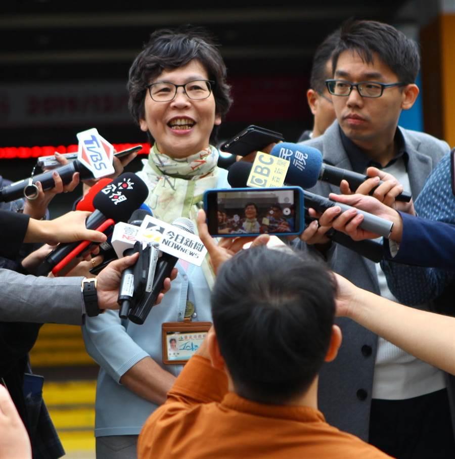 北市府顧問蔡壁如(左)14日下午出面受訪。(張立勳攝)