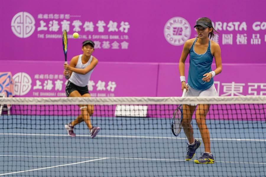 卓怡萱/卓怡岑姊妹檔今天在海碩盃女網賽輕取對手,闖進女雙四強賽。(主辦單位提供)