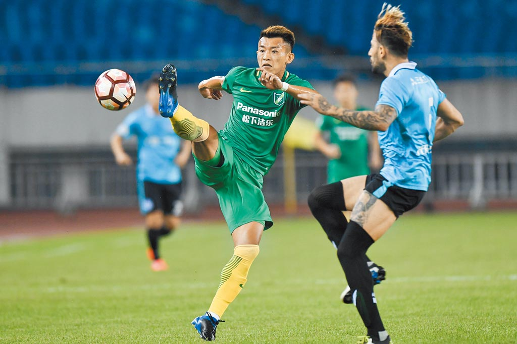 台籍選手陳柏良(左)目前效力於中國甲級足球聯賽球隊浙江綠城。(新華社資料照片)