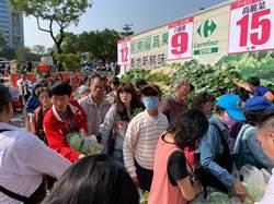 家樂福台中西屯店15日慶開幕 優惠商品吸引排隊人龍