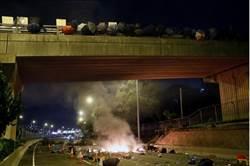 不滿港警聲明 中大示威者再以汽油彈封路