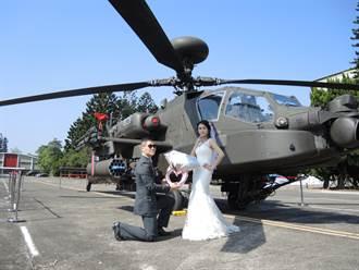 國軍最正主播嫁了 阿帕契前上演壁咚求婚記