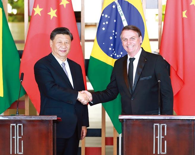 中國國家主席習近平(圖左)與巴西總統波索納洛舉行會談。圖/新華社