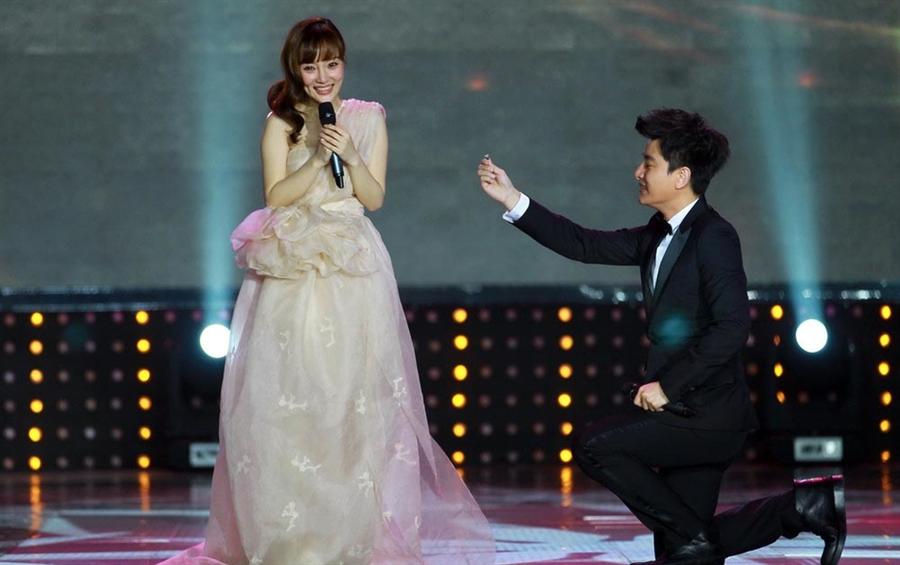 賈乃亮當年在頒獎典禮上向李小璐下跪求婚。(取自微博)
