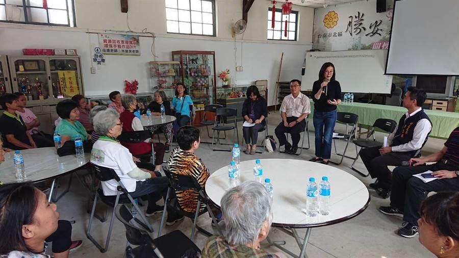 台南市議員邱莉莉(站立黑衣者)向長輩說明協調官員申請活動中心的過程。(程炳璋攝)