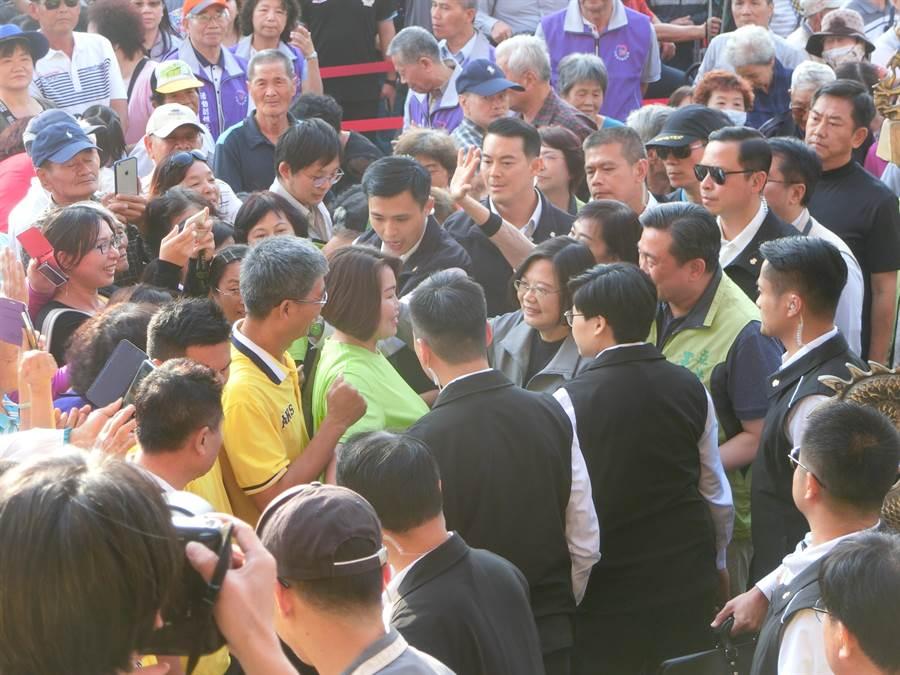 蔡英文總統(中灰衣者)到台南參拜,所到之處都受到鄉親熱情簇擁、握手。(曹婷婷攝)