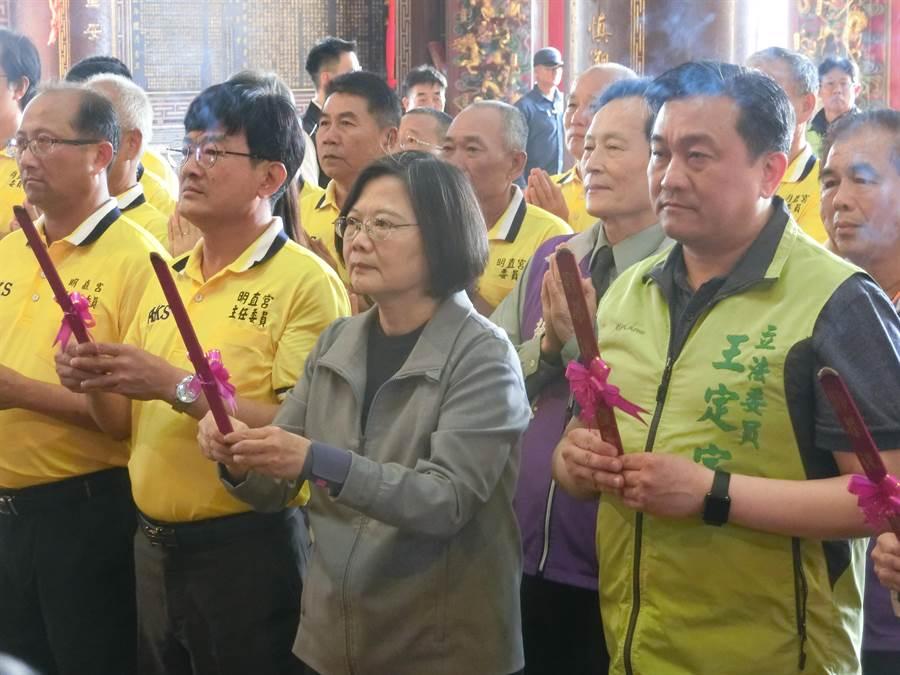 蔡英文陪同王定宇走訪5間廟宇。(曹婷婷攝)