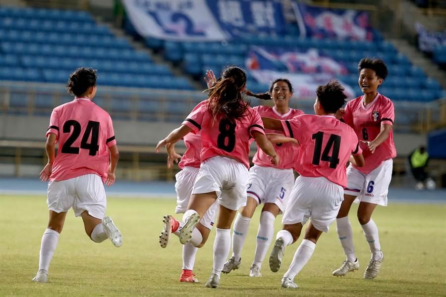 陳燕萍在下半場攻破泰國大門,與中華隊球員相擁慶祝。(李弘斌攝)