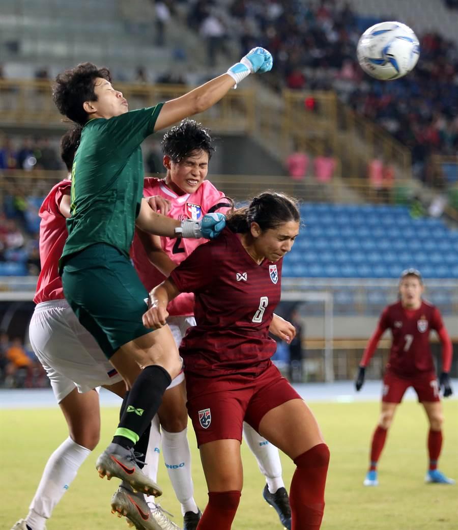中華隊左路傳中,小將林欣卉(左二)奮力搶點,但球被泰國門將先一步以右拳解圍。(李弘斌攝)